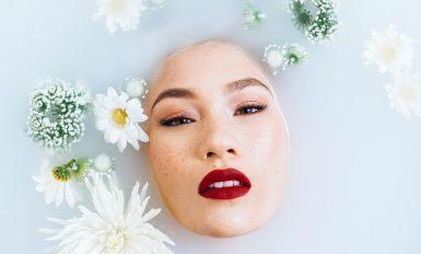 femme sous l'eau visage qui sort avec fleurs qui flottent